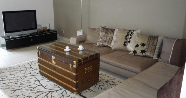 table basse avec valise ancienne. Black Bedroom Furniture Sets. Home Design Ideas