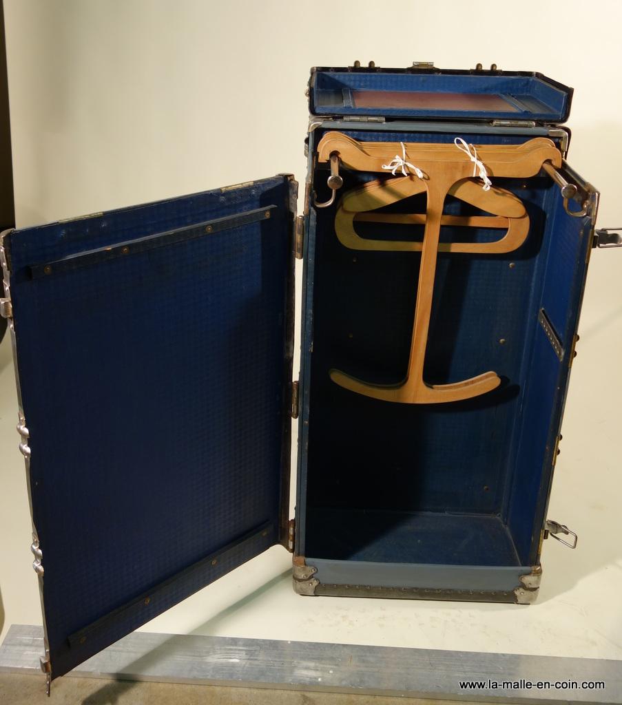 La malle en coin malles wardrobe ou malles armoire for Penderie japonaise
