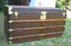 la malle en coin r88 grande malle courrier louis vuitton malles goyard du musee. Black Bedroom Furniture Sets. Home Design Ideas