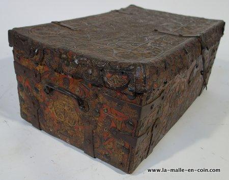 R1519 Malle en cuir repoussé avec polychromie