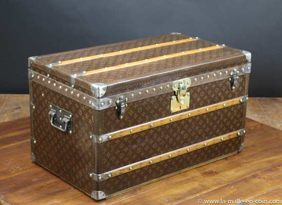 R2516 Malle courrier Louis Vuitton avec monogramme au pochoir