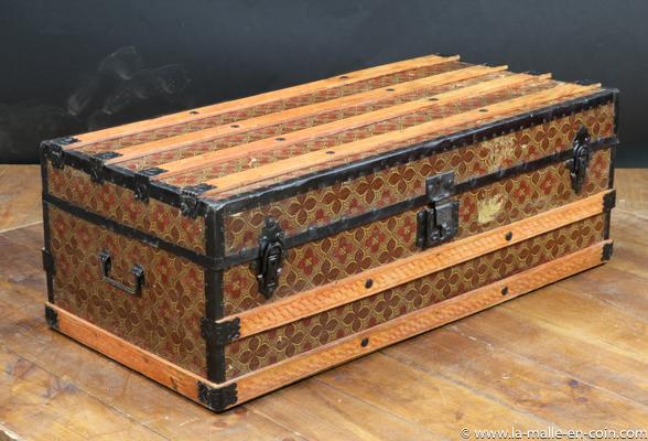 R2457 Malle cabine en bois, métal et papier monogram
