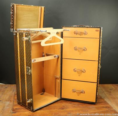 R2563 Grande malle armoire Louis Vuitton avec tiroirs secrets