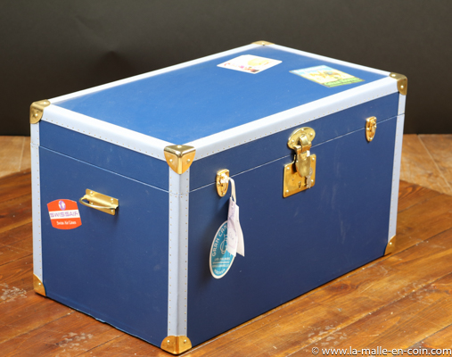 R2150 Blue flat top trunk with its key