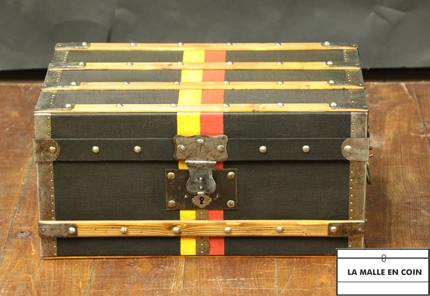 Petite malle plate avec bandes d'écurie R2817