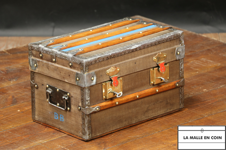 Small doll trunk with its original canvas R2884