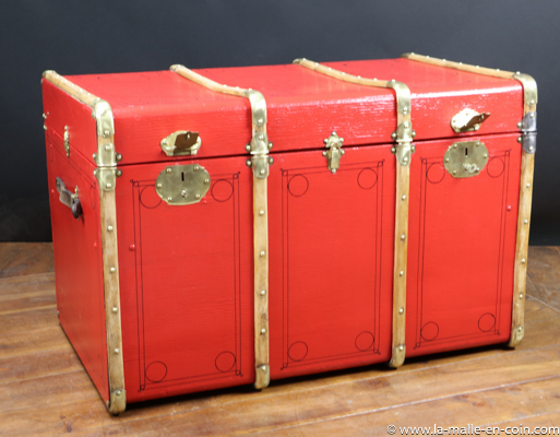 R2475 Red bentwood banded trunk with key