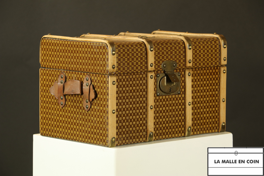 R2657 Squares doll trunk