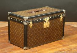 Malle Louis Vuitton monogram faite pour le rangement d'outillage automobile
