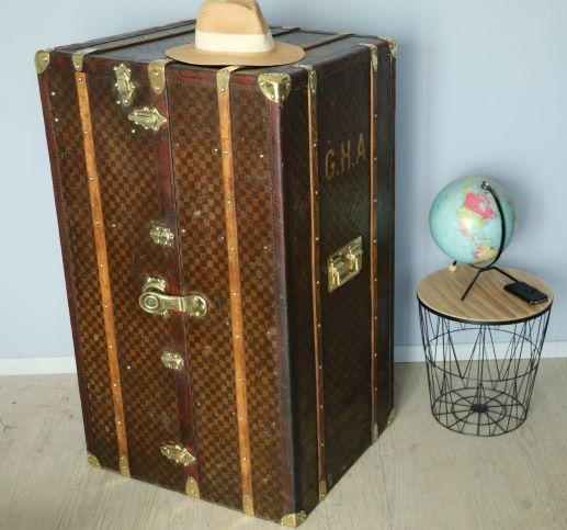 R2659  Malle armoire Damier, cuir et laiton